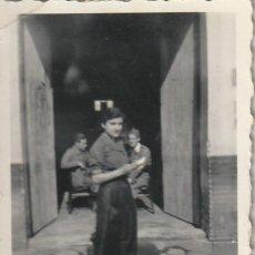 Militaria: CURIOSA FOTO DE UNA SEÑORITA ¿MILICIANA? EN UN CUARTEL REPUBLICANO (REPÚBLICA, GUERRA CIVIL). Lote 189219576