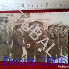 Militaria: TUBAL CAPITAN GENERAL PASANDO REVISTA FOTOGRAFIA 25 GRS B33. Lote 190243505