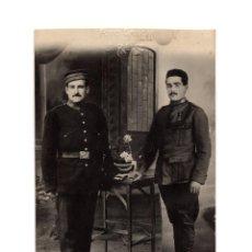 Militaria: DOS SOLDADOS ALFONSO XIII. MEDALLA MÉRITO MILITAR ROJO PARA TRIOPA. POSTAL FOTOGRÁFICA.. Lote 190333682