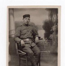 Militaria: SALAMANCA. SOLDADO DEL REGIMIENTO 76. ALFONSO XIII. POSTAL FOTOGRÁFICA. . Lote 190343120