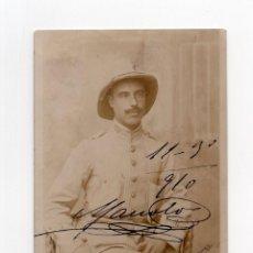 Militaria: OFICIAL UNIFORME RALLADILLO Y SALACOT. 1910. POSTAL FOTOGRÁFICA.. Lote 190343515