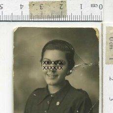 Militaria: EXTRAORDINARIA FOTOGRAFÍA GUERRA CIVIL, NIÑA FALANGISTA CON PARCHE BORDADO EN EL PECHO. Lote 190630870