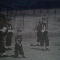 Militaria: FOTO REVISTA DE ACTO DE FALANGE CON NIÑO PEQUEÑO EN PRIMER PLANO 1951. Lote 190636167
