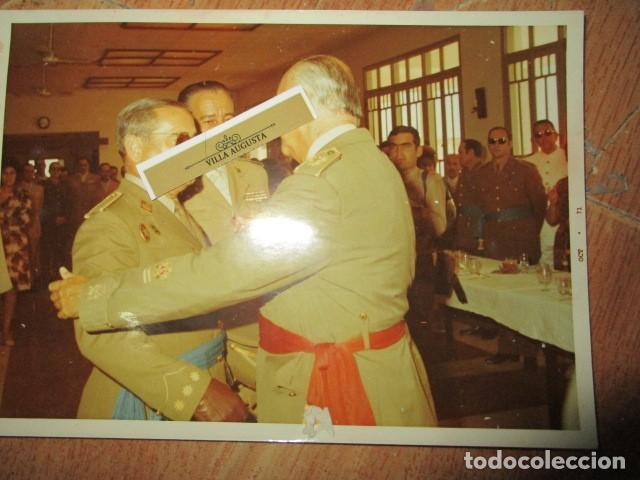 ANTIGUA FOTO MANDO LEGION MELILLA IMPOSICION DE MEDALLA ABRAZO DE GENERAL (Militar - Fotografía Militar - Otros)