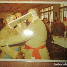 Militaria: ANTIGUA FOTO MANDO LEGION MELILLA IMPOSICION DE MEDALLA ABRAZO DE GENERAL. Lote 190925523