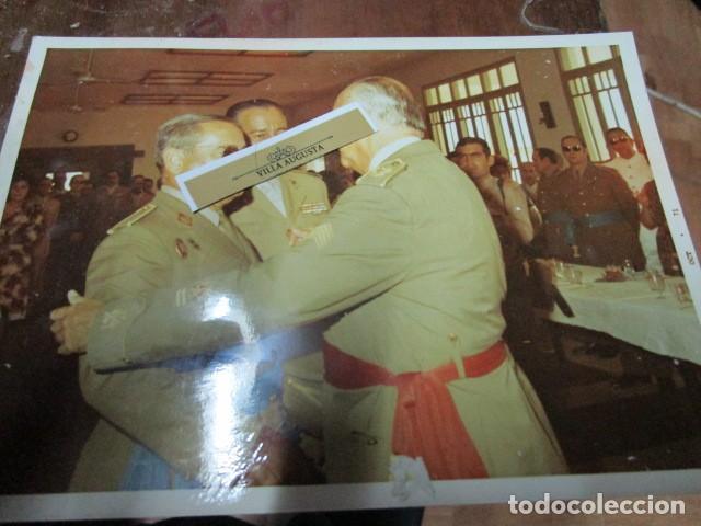 Militaria: antigua foto mando legion melilla imposicion de medalla abrazo de general - Foto 2 - 190925523