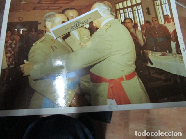 Militaria: antigua foto mando legion melilla imposicion de medalla abrazo de general - Foto 3 - 190925523