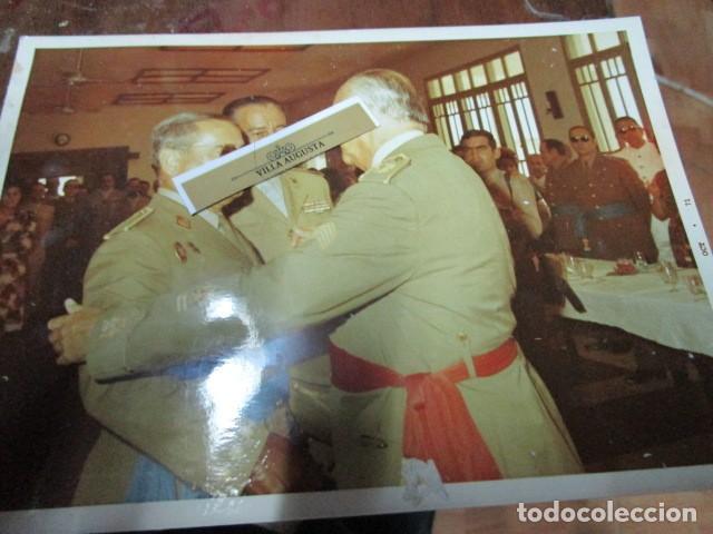 Militaria: antigua foto mando legion melilla imposicion de medalla abrazo de general - Foto 4 - 190925523