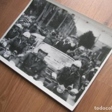 Militaria: MUY RARA FOTOGRAFIA DE FIDEL CASTRO EN UNA VISITA OFICIAL. GRAN FORMATO.. Lote 191102120