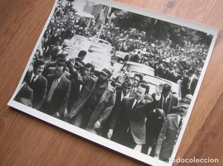 MUY RARA FOTOGRAFIA DE FIDEL CASTRO EN UNA VISITA A ARGELIA CON BOUMEDIENE. GRAN FORMATO. (Militar - Fotografía Militar - Otros)