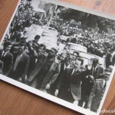 Militaria: MUY RARA FOTOGRAFIA DE FIDEL CASTRO EN UNA VISITA A ARGELIA CON BOUMEDIENE. GRAN FORMATO.. Lote 191103847