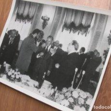 Militaria: MUY RARA FOTOGRAFIA DE FIDEL CASTRO EN UNA VISITA A LA URSS CON LEONIDAS BREZHNEV. GRAN FORMATO.. Lote 191104272