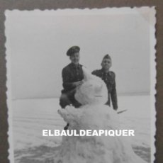 Militaria: FOTO DE SOLDADOS DEL CUARTEL DE POLLENSA NEVADO. MALLORCA AÑO 1956. 9 X 6 CM. Lote 191353821