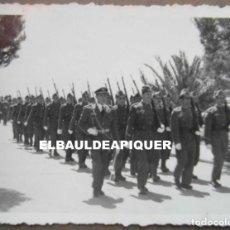 Militaria: DESFILE MILITAR SOLDADOS DEL CUARTEL DE POLLENSA. MALLORCA AÑO 1956. 9 X 6,5 CM. Lote 191355380