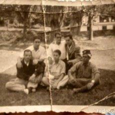 Militaria: PEQUEÑA FOTO DE GRUPO. MILITAR CON FEZ. ÁFRICA. REGULARES O SIMILAR. DOBLECES. Lote 191631308