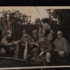 Militaria: FOTOGRAFIA GRUPO DE SOLDADOS MILTARES - MISILES ?? - 10.5X7.5CM. Lote 191744895