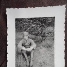 Militaria: SOLDADO WEHRMACHT SENTADO CON CASCO. Lote 191831060