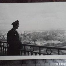 Militaria: OFICIAL LUFTWAFFE VIENDO PARIS DESDE EL SACRE COEUR. Lote 191831233