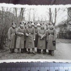 Militaria: SOLDADOS WEHRMACHT CON ABRIGO GORRA DE PLATO. Lote 191831463