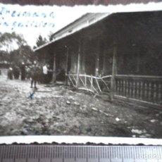 Militaria: SOLDADOS WEHRMACHT AL LADO DE CASA DE MADERA. Lote 191831646