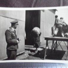 Militaria: OFICIAL LUFTWAFFE VIGILANDO DESCARGA DE MATERIAL. Lote 191831823