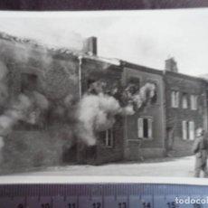 Militaria: SOLDADO WEHRMACHT ANTE CASA INCENDIADA. Lote 192163032