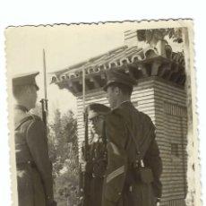 Militaria: SOLDADOS ESPAÑOLES EN EL RELEVO DE GUARDIA EN FECHA MAYO DE 1949 - DEDICATORIA EN LA PARTE POSTERIOR. Lote 193859178