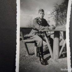Militaria: SUBOFICIAL WEHRMACHT CON GUANTES EN UN MERENDERO CAMPESTRE. AÑOS 1939-45. Lote 194068007