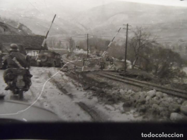 MOTORISTA Y VEHICULO HORCH 108/40 CRUZANDO PASO A NIVEL EN LOS BALKANES .AÑOS 1941-45 (Militar - Fotografía Militar - II Guerra Mundial)