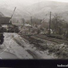 Militaria: MOTORISTA Y VEHICULO HORCH 108/40 CRUZANDO PASO A NIVEL EN LOS BALKANES .AÑOS 1941-45. Lote 194143401