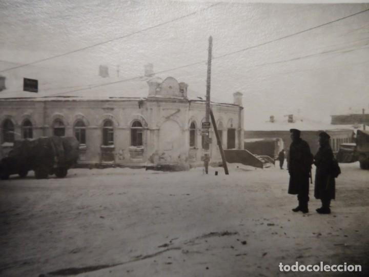 SOLDADOS WEHRMACHT CON K-98 Y CAMIONES EN CIUDAD NEVADA. RUSIA. AÑOS 1939-45 (Militar - Fotografía Militar - II Guerra Mundial)