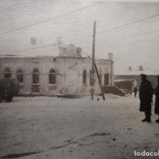 Militaria: SOLDADOS WEHRMACHT CON K-98 Y CAMIONES EN CIUDAD NEVADA. RUSIA. AÑOS 1939-45. Lote 194183307