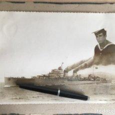 Militaria: FOTOGRAFIA DEL CRUCERO GALICIA CON LAS AMURAS Y ALETAS CON BANDERA NACIONAL Y FOTO DE MARINERO. Lote 194307556