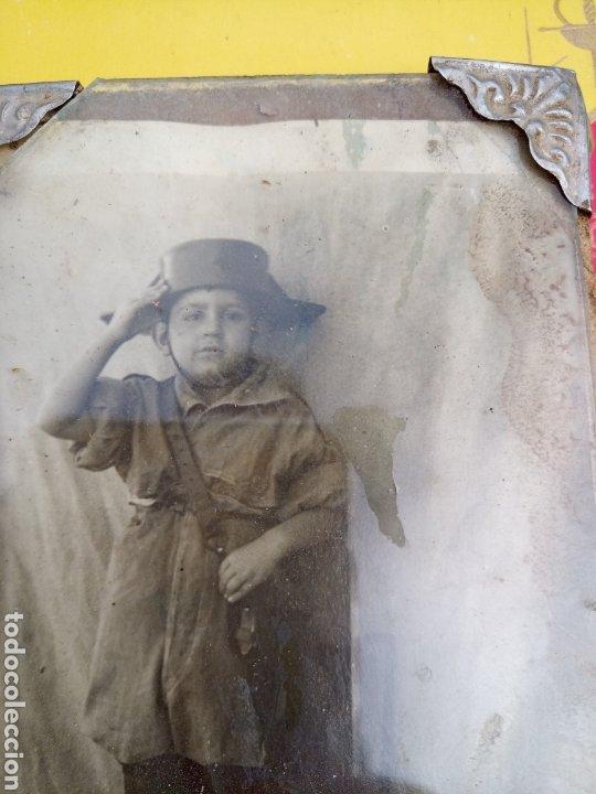 Militaria: ANTIGUA FOTOGRAFÍA DE NIÑO CON TRICORNIO. ENMARCADA EN CRISTAL Y MADERA DETALLES METÁLICOS. AÑO?? - Foto 2 - 194322630