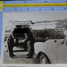 Militaria: FOTO FOTOGRAFÍA GUARDIA CIVIL MILITAR. AGENTES DE TRÁFICO AUXILIO EN CARRETERA. MÁLAGA. 2788. Lote 194523048