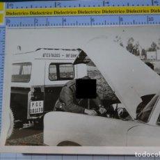 Militaria: FOTO FOTOGRAFÍA GUARDIA CIVIL MILITAR. AGENTES DE TRÁFICO AUXILIO EN CARRETERA. MÁLAGA. 2789. Lote 194523087