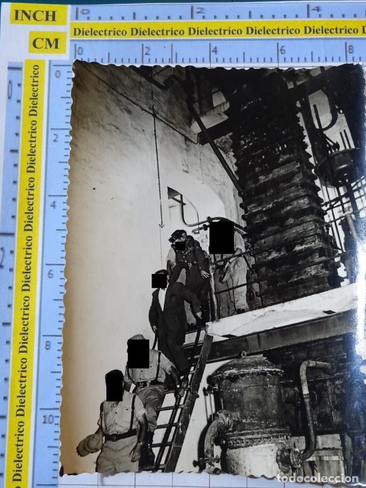 FOTO FOTOGRAFÍA. GUARDIA CIVIL. AGENTES EN LA FÁBRICA DE LARIOS EN TORRE DEL MAR, MÁLAGA 1957. 2793 (Militar - Fotografía Militar - Otros)
