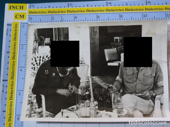 FOTO FOTOGRAFÍA. GUARDIA CIVIL. AGENTE ENTREVISTADO PERIODISTA. FANTA. 2800 (Militar - Fotografía Militar - Otros)