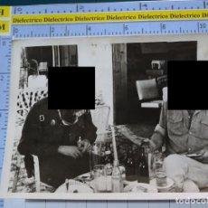 Militaria: FOTO FOTOGRAFÍA. GUARDIA CIVIL. AGENTE ENTREVISTADO PERIODISTA. FANTA. 2800. Lote 194524507