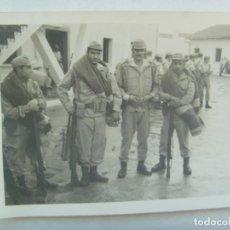 Militaria: FOTO DE MILITARES DE REGULARES DE MANIOBRAS CON MANTA TERCIADA, CETME Y AMETRALLADORA. CEUTA. Lote 194569101