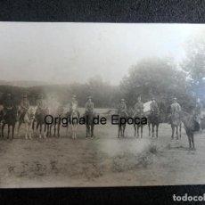 Militaria: (JX-200270)FOTOGRAFÍA DE SOLDADOS Y OFICIAL A CABALLO CON CHAMBERGOS , LUGAR INDETERMINADO .. Lote 194606135