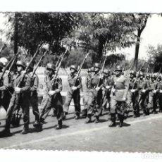 Militaria: SOLDADOS ESPAÑOLES EN FORMACIÓN CON CASCO Z42 Y FUSIL MAUSER. Lote 194632675