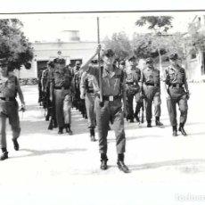 Militaria: SOLDADOS ESPAÑOLES EN FORMACIÓN. Lote 194632746