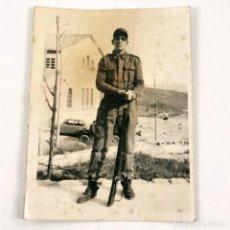 Militaria: FOTOGRAFIA MILITAR DE INFANTERIA - EJERCITO ESPAÑOL CON BAYONETA - AÑOS 50 - 9 X 7 CM / TC-6. Lote 194729723