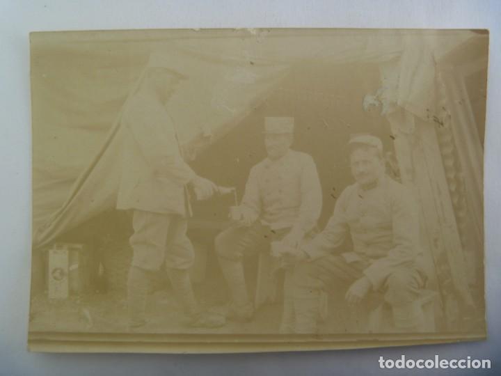 I ª GUERRA MUNDIAL : FOTO DE MILITARES FRANCESES, SIRVIENDO UN VASO DE VINO. EJERCITO DE FRANCIA (Militar - Fotografía Militar - I Guerra Mundial)