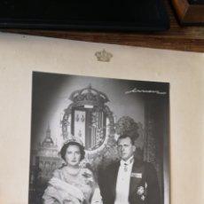 Militaria: FOTOGRAFÍA DE LOS CONDES DE BARCELONA MARÍA CRISTINA Y DON JUAN AÑO 1956 FIRMADA Y DEDICADA. Lote 194871111