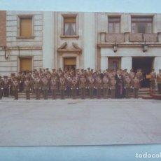 Militaria: FOTO DE ACTO MILITAR : GENERAL EN TRIBUNA, PATER CONDECORADO Y OFICIALES. Lote 195036532