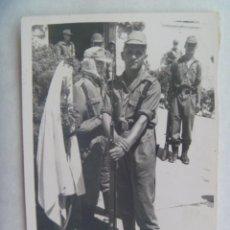 Militaria: FOTO DE MILITAR POSANDO CON MAUSER, AL LADO MANIQUI CON SIROQUERA. Lote 195047927