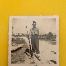 Militaria: FANO ITALIA. MILITAR FOTOGRAFÍA JOVEN CON FUSIL (A.1948). Lote 195148160