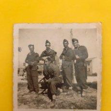 Militaria: FANO ITALIA. MILITAR FOTOGRAFÍA JÓVENES CON FUSIL.. (H.1946?) DE PEQUEÑO TAMAÑO.... Lote 195148831